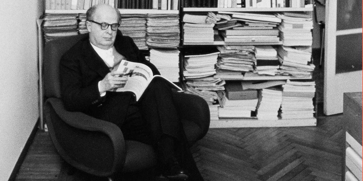 Adriano Olivetti nel suo studio