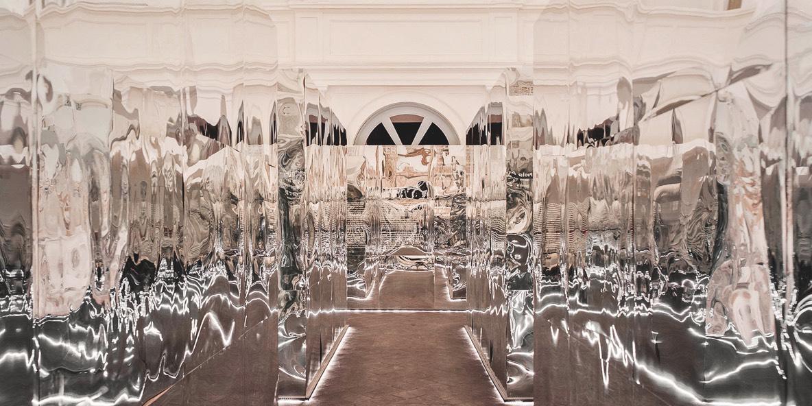 pareti specchianti della mostra 'Terre in movimento'