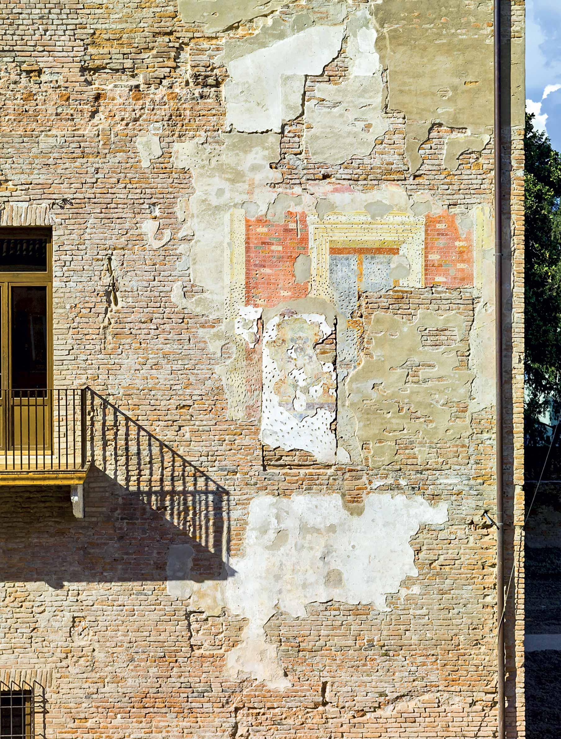 Particolare facciata del palazzo ducale Guastalla