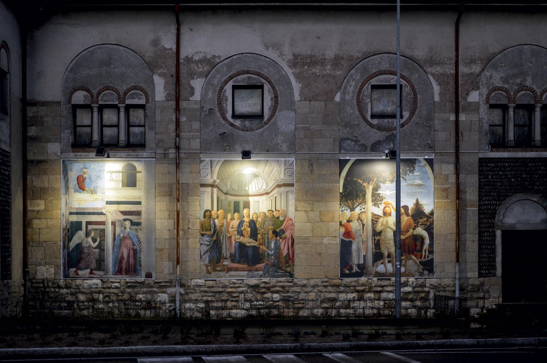 Veduta notturna della chiesa con l'installazione Vaerini